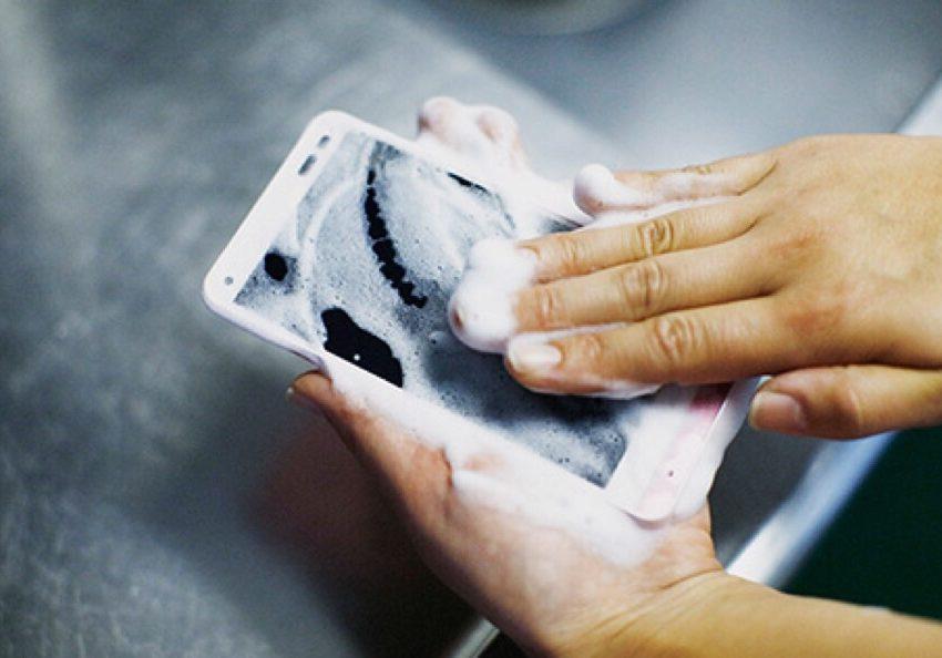 Conoce el Kyocera Rafre: el único smartphone que se puede lavar con agua y jabón