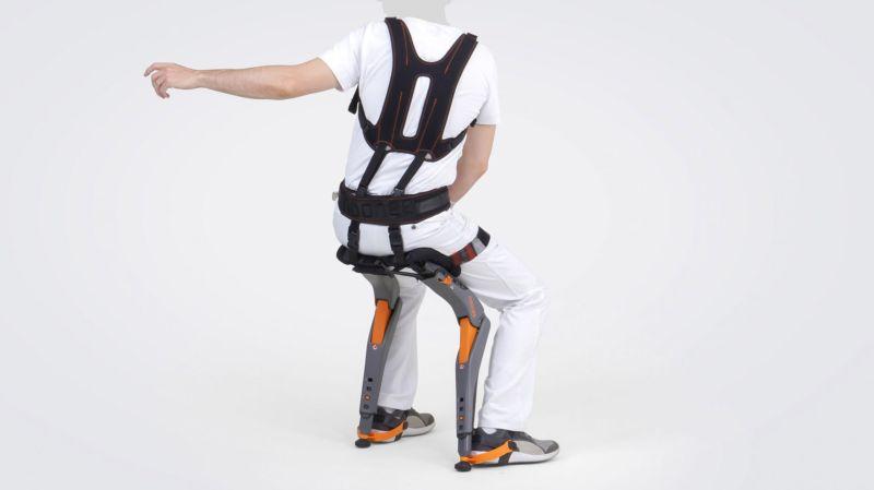 Conoce el wearable que permite sentarse en cualquier lugar y sin silla