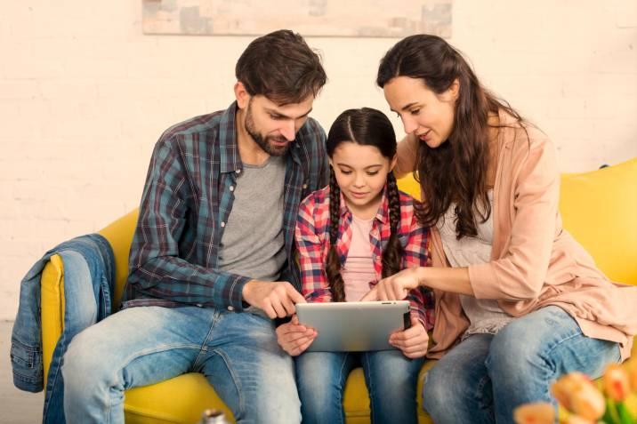 El 70% de los padres está teniendo «la charla» antes de lo planeado por la influencia del Internet